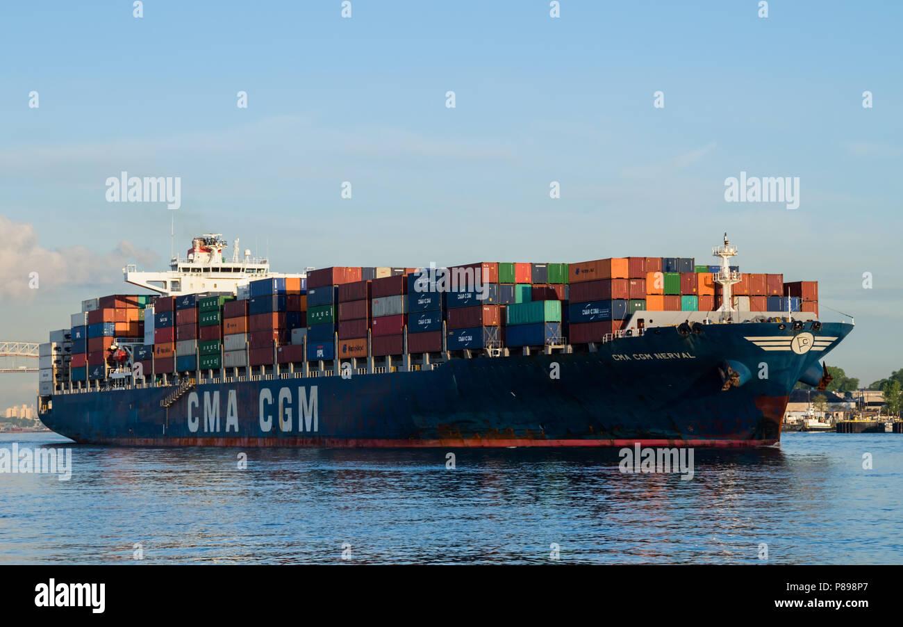 Containerschiff CMA CGM NERVAL ausgehende Newark Bay mit Containern gestapelt Stockfoto
