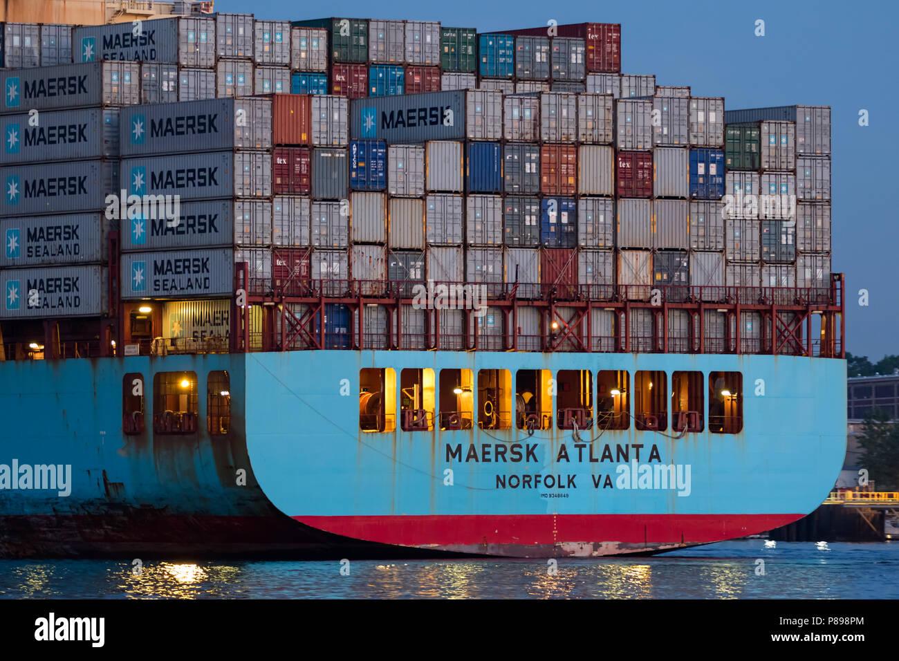 Stern anzeigen Behälter (Box) Schiff MAERSK Atlanta in der Dämmerung; eingehend Newark Bay und die Elizabeth Seaport Stockfoto