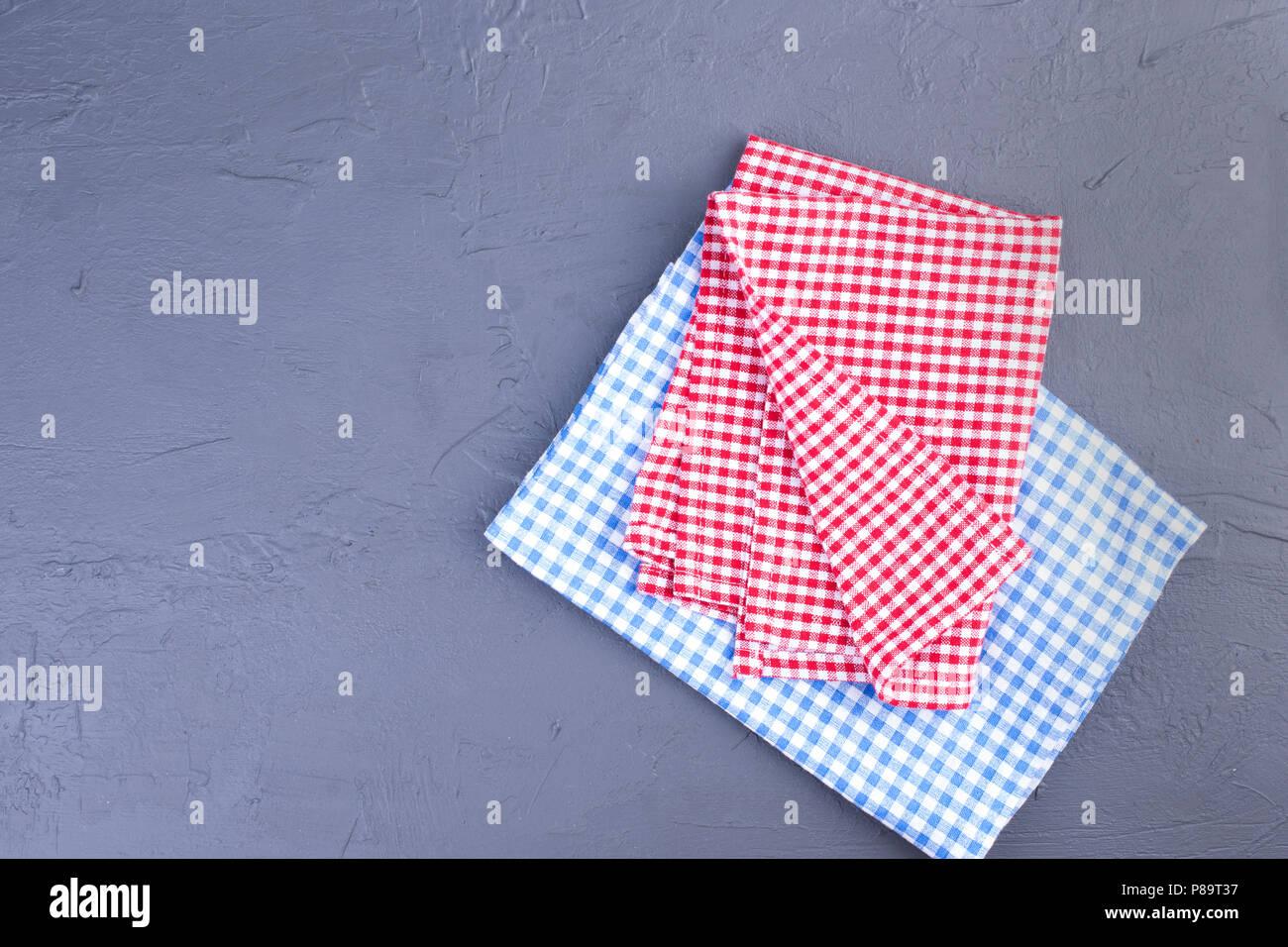 Häufig Auf dem Tisch, in einer roten und blauen Käfig. Tisch reinigen TQ86