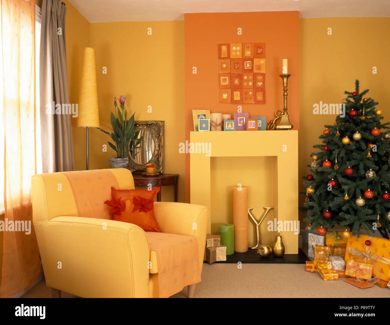 Gelbe Sessel neben einfachen Kamin Aussparung in einem gelben ...