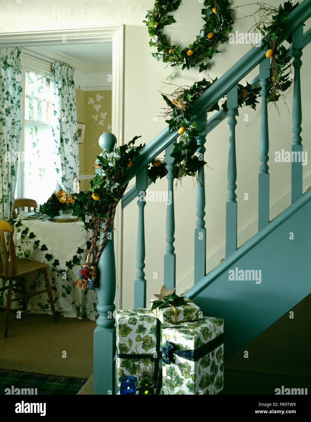 Treppe mit Efeu Girlande auf Pastell-blaue Geländer und Ivy Kranz ...