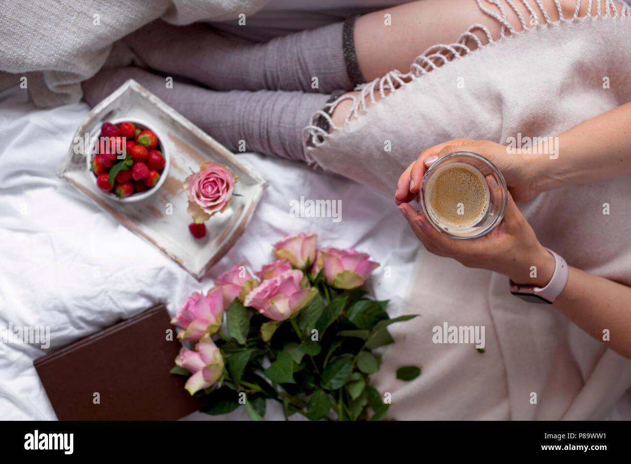 Mädchen Im Bett Kaffee Frühstück Blumen Romantik Und
