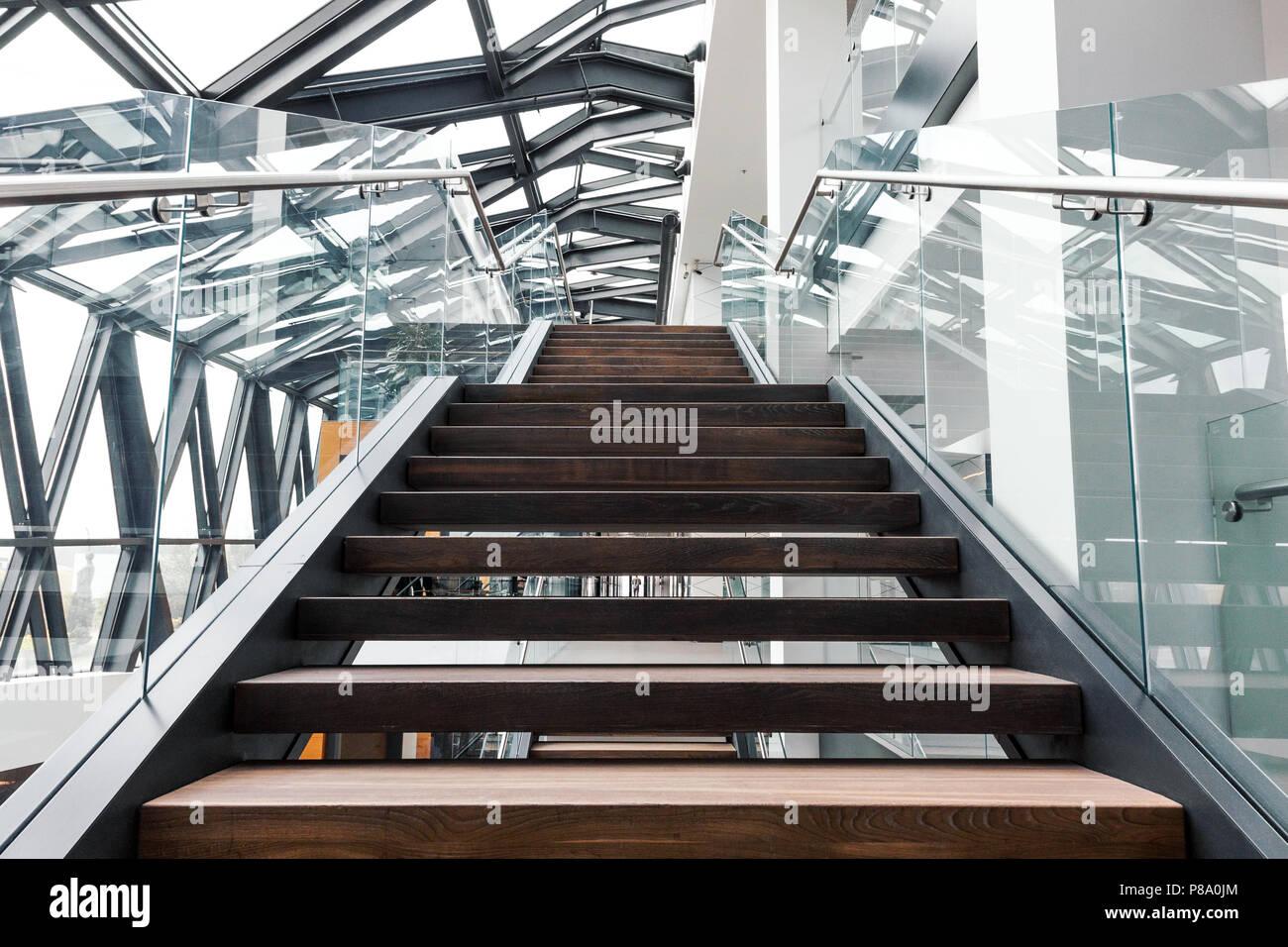 Leere Treppen in modernen Interieur der modernen Bürogebäude Stockfoto