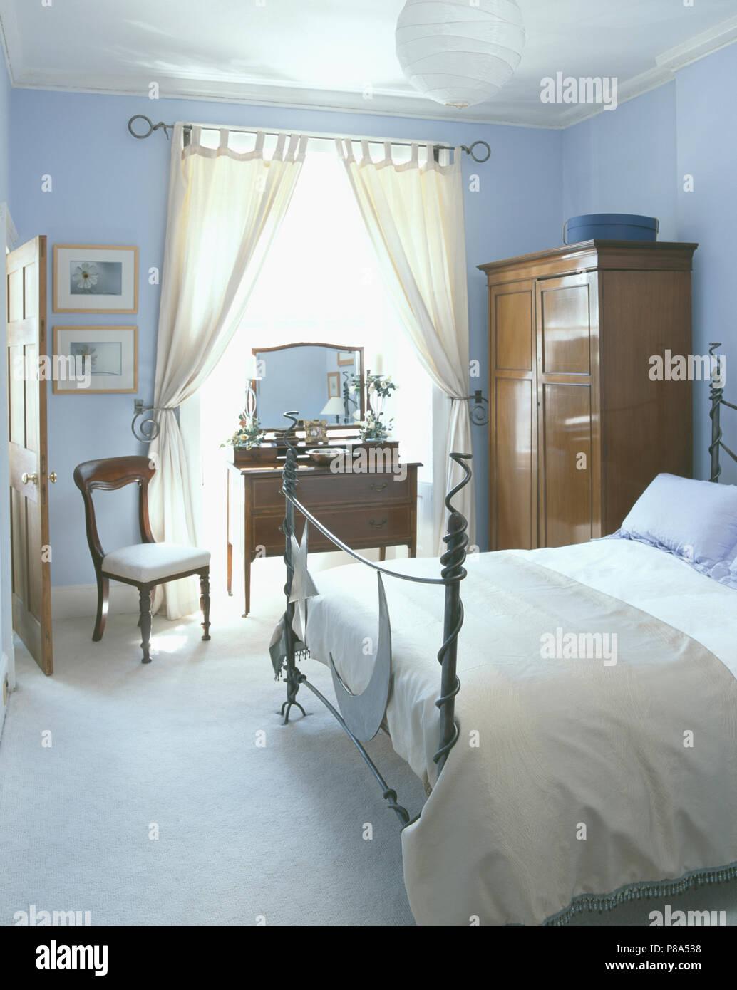 Moderne Schmiedeeisernes Bett In Pastell Blaue Schlafzimmer Mit