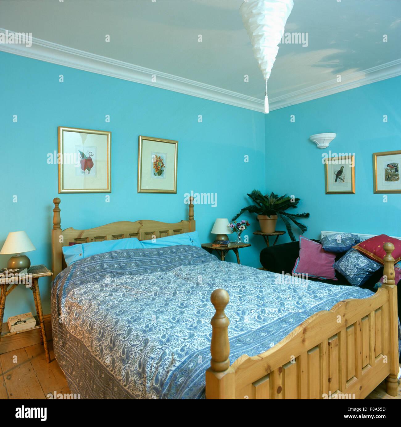 Blau + weiß Paisley Bezüge auf pine Bett in Pastelltönen türkis ...