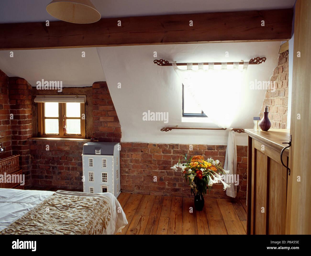 Weissen Vorhang Am Fenster Im Dachgeschoss Schlafzimmer Mit Holzboden Und Unverputzte Wand Unter Dachschrage Stockfotografie Alamy