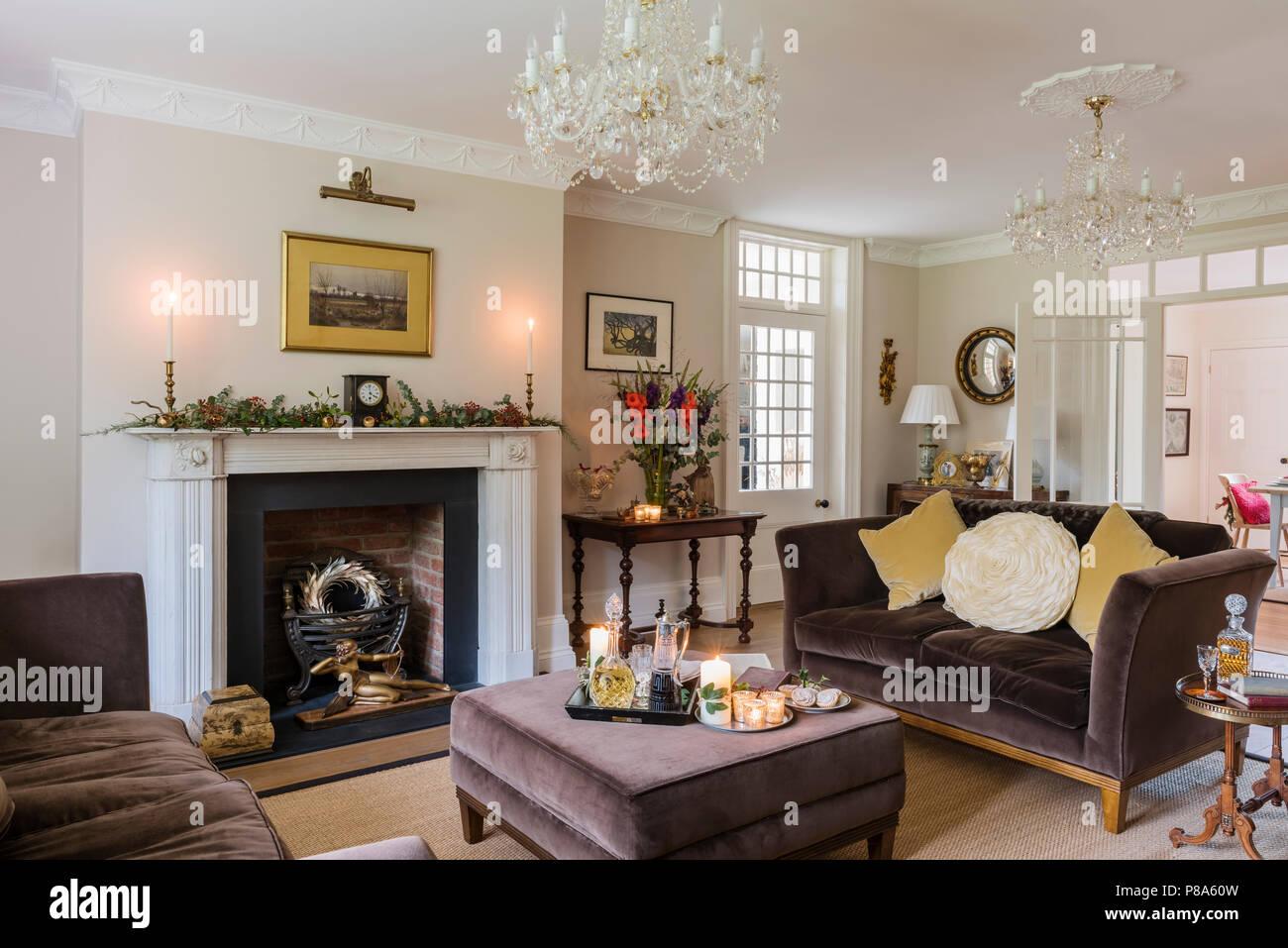 Braun velvet Sofa mit gelben Kissen in den renovierten Regency ...