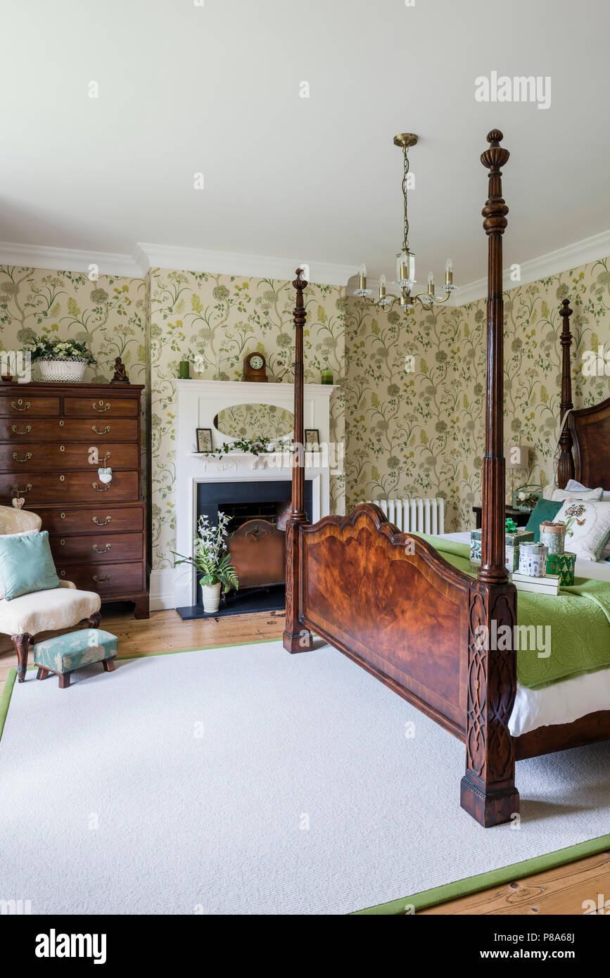 Antikes Himmelbett aus Holz in Regency Schlafzimmer mit tallboy ...