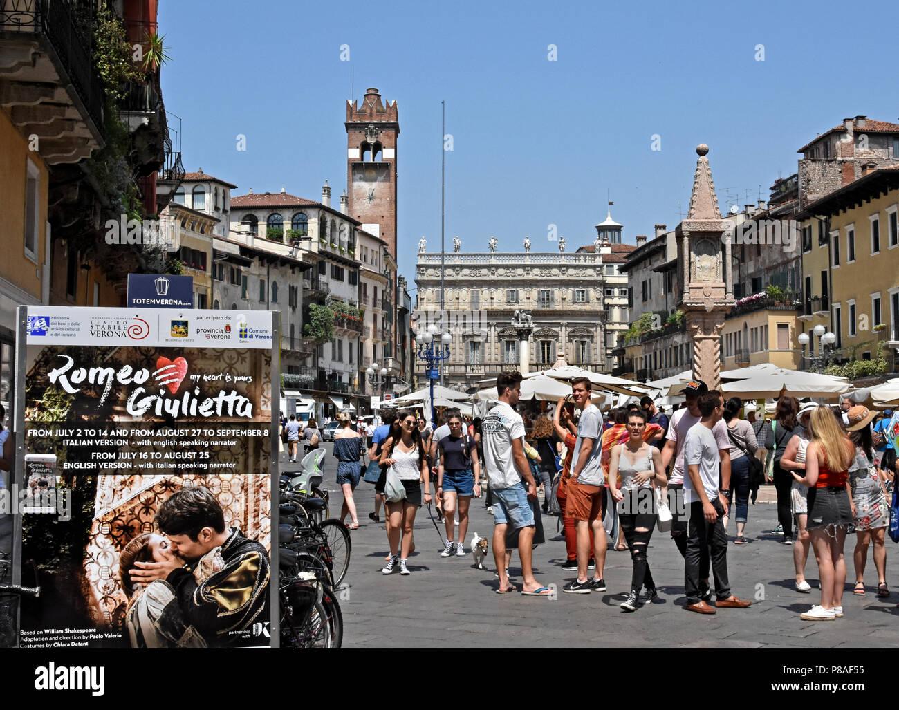 Marktstände vor dem Torre Dei Lamberti in der Piazza delle Erbe, Verona, Venetien, Italien, Italienisch. (William Shakespeare's Romeo und Julia, die zum ersten Mal im Jahre 1597 veröffentlicht, gilt als die erste romantische Tragödie zu sein, die jemals geschrieben wurden. ) Stockbild