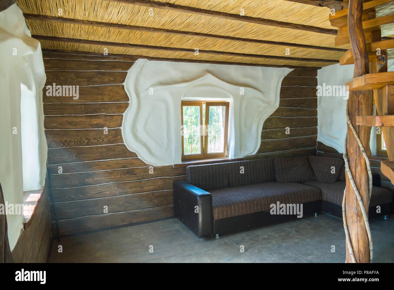 Ein Kleines Helles Zimmer Mit Holz Verzierten Wanden Und Einem