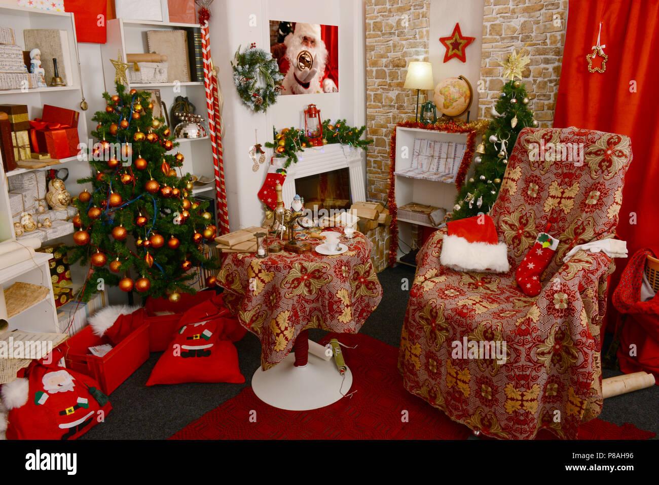 Santa 39 s wohnzimmer f r weihnachten dekoriert santa claus - Weihnachten wohnzimmer ...