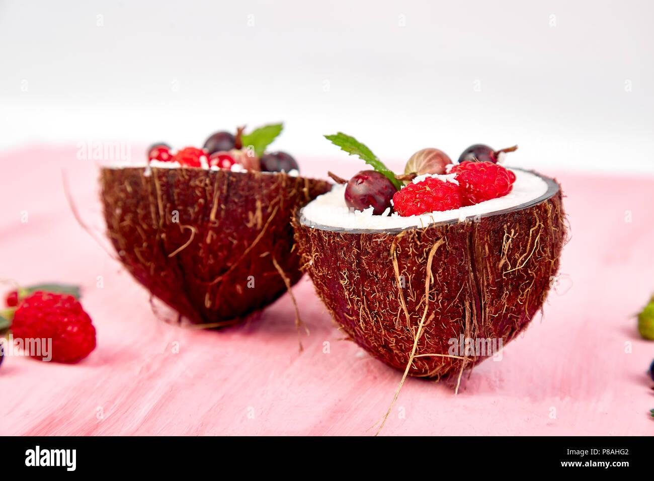 Obstsalat Agrus Stachelbeeren Rasbberry In Kokosnuss Schale