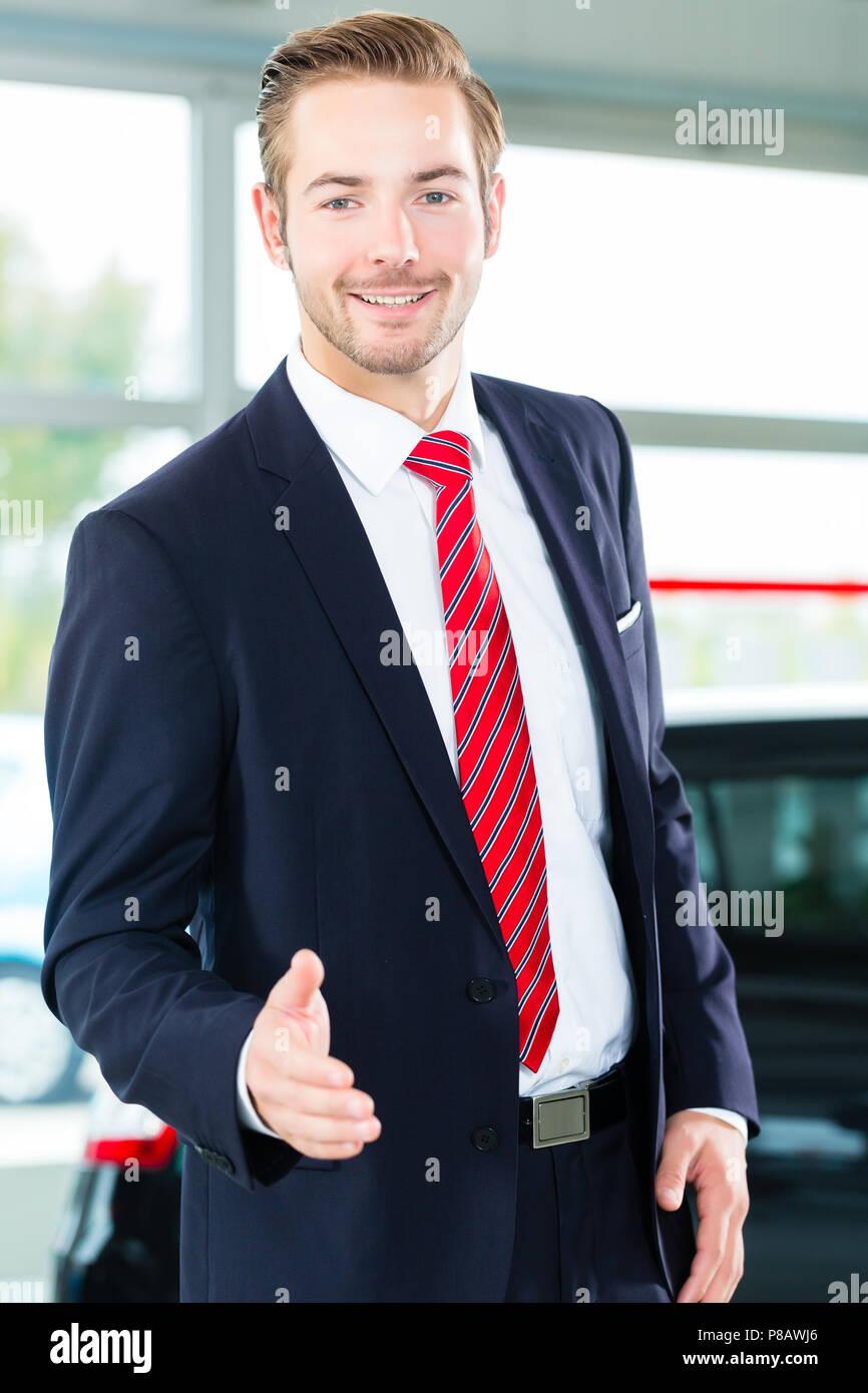 """Junger Mann"""" oder """"auto Händler, Autohaus Stockbild"""