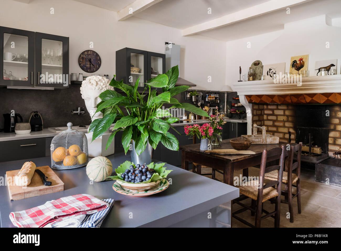 Moderne Küche und Kochinsel mit alten Kamin erhalten. 19 Tabelle und ...