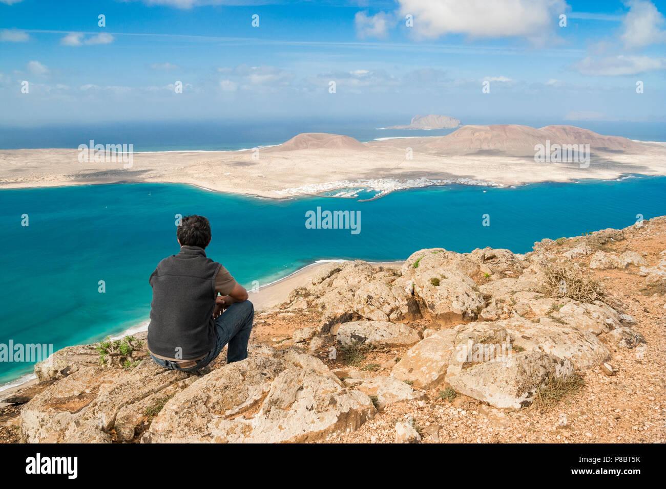 Blick auf die Insel La Graciosa und die Inselgruppe Chinijo von der Nordküste von Lanzarote, Kanarische Inseln, Spanien Stockbild
