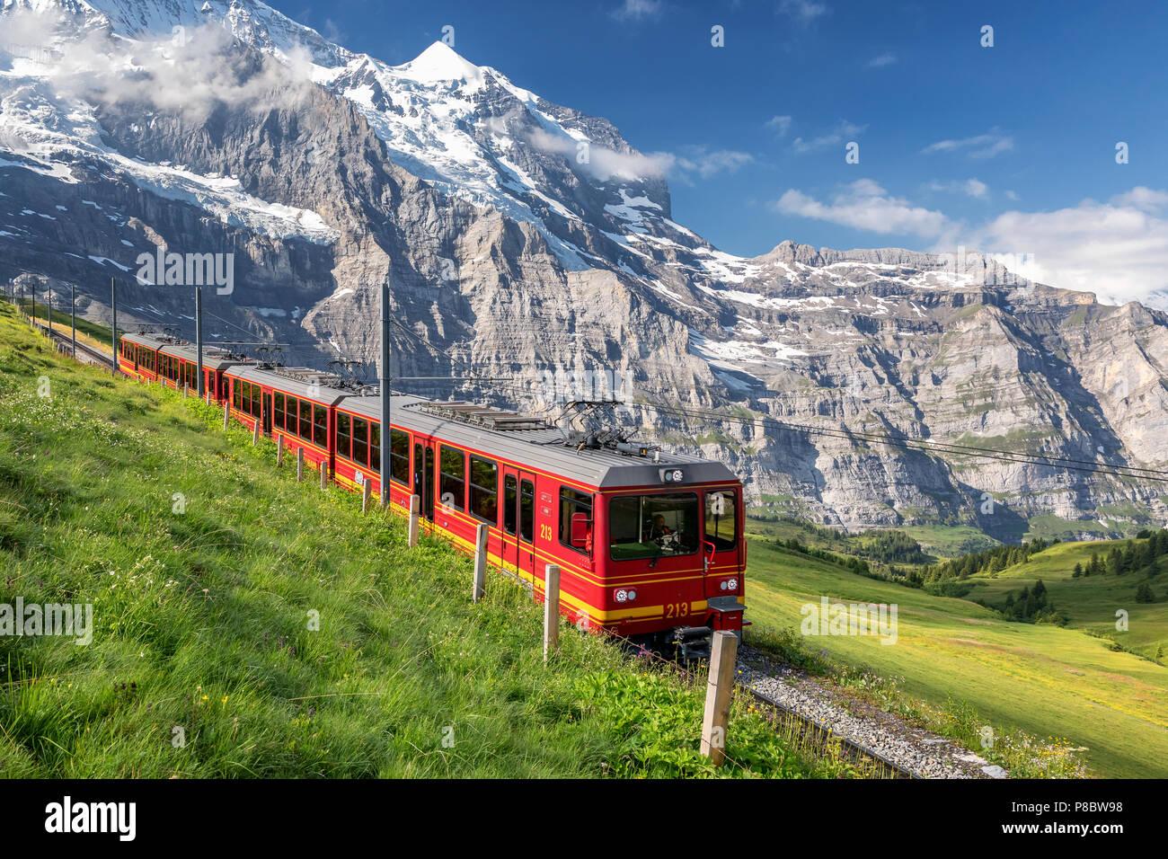 Zug von der Jungfraubahn in der Nähe von Kleine Scheidegg, Berner Oberland, Schweiz Stockbild
