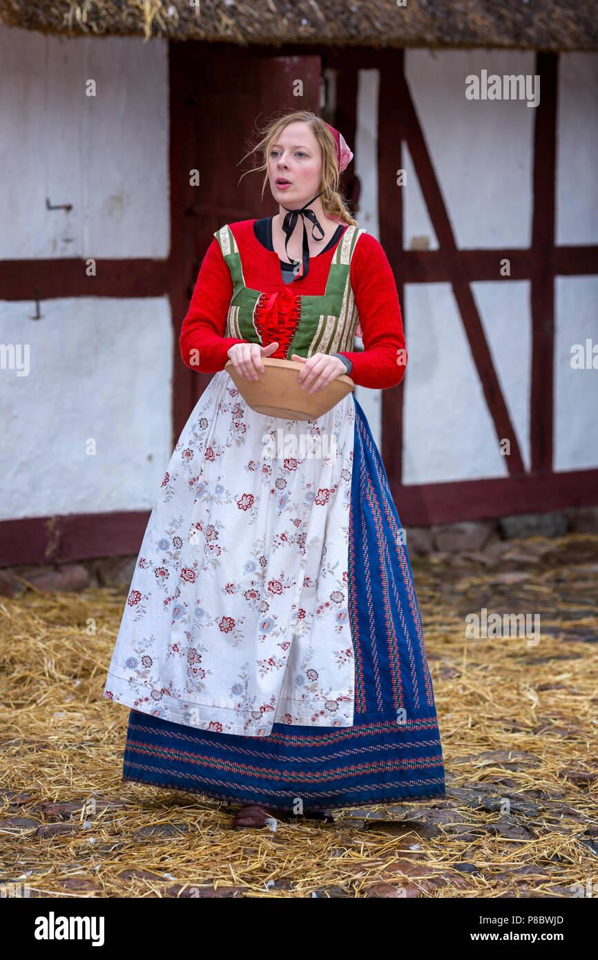 Frau gekleidet in traditionelle Kleidung aus dem 17. bis 18. Jahrhundert, das Open Air Museum, Frilandsmuseet, Lyngby, Dänemark Stockbild