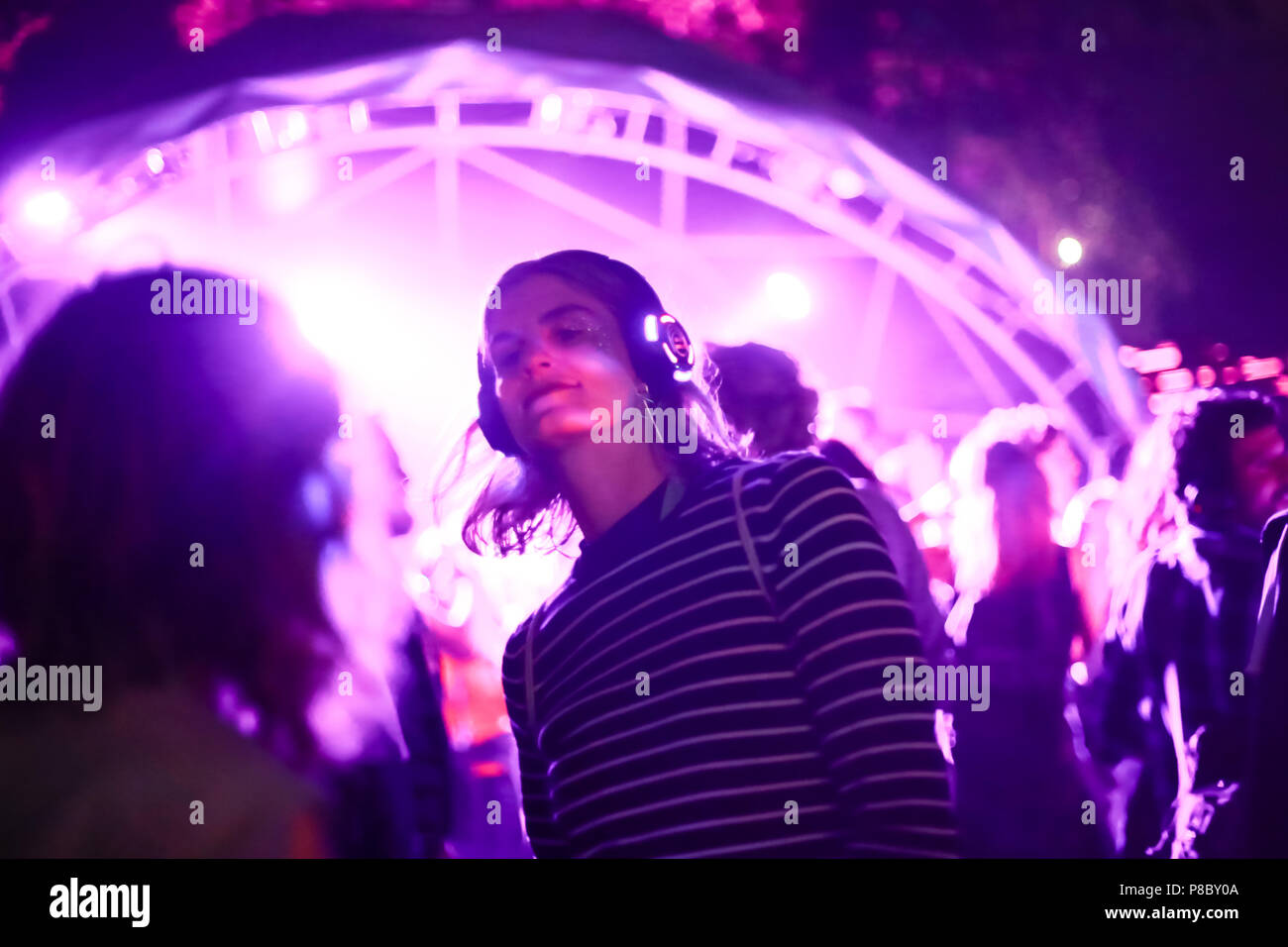 ZAGREB, KROATIEN - 26 Juni, 2018: Silent Party von YEM kolektiv DJs am 13. INmusic Festival am See Jarun in Zagreb, Kroatien. Stockbild