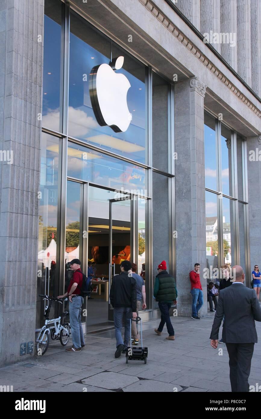 HAMBURG, DEUTSCHLAND - 28 AUGUST, 2014: die Menschen besuchen Apple ...