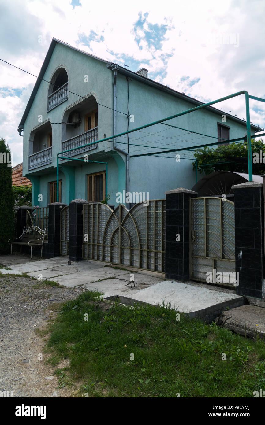 Schone Metall Zaun Vor Einem Haus Mit Balkon Fur Ihr Design