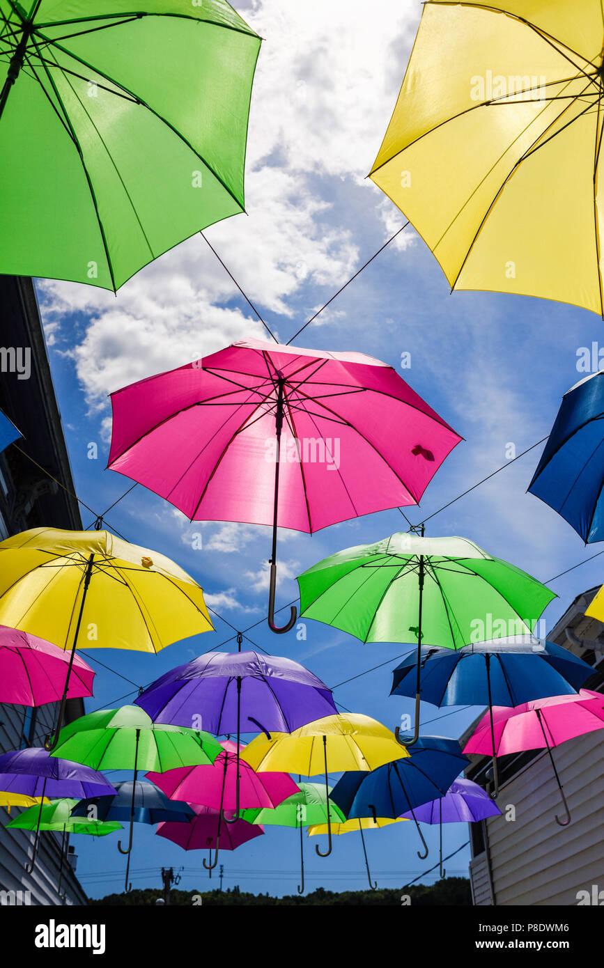 Sonnenschirme außerhalb in der Luft Stockbild