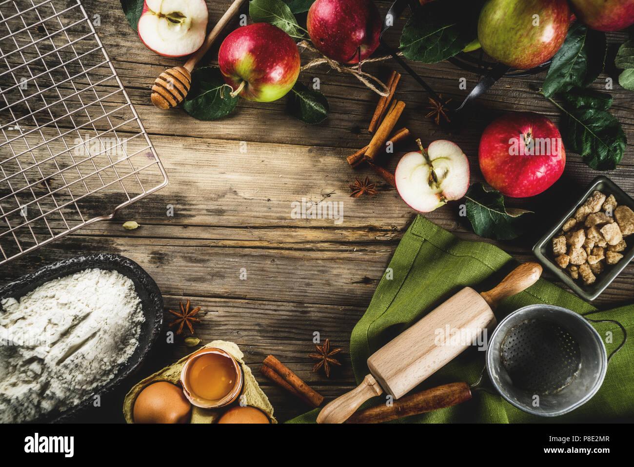 Herbst kochen Hintergrund, Apfelkuchen backen Konzept, frische rote Äpfel, süßen Gewürzen, Zucker, Mehl, Nudelholz, Eier, backen Geschirr, Holz- backgrou Stockbild