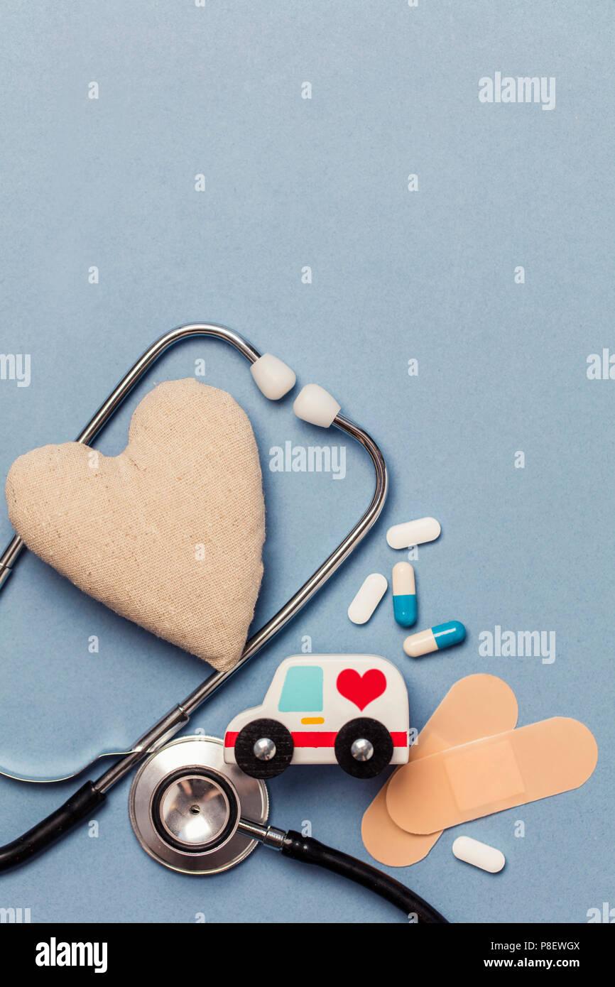 Medizinischer Hintergrund. Gesundes Herz Konzept mit stephoscope Krankenwagen und Herzform Stockbild
