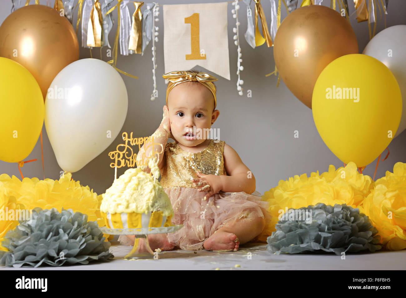 Cute Baby Girl Birthday Cake Face Home Baby Stockfotos & Cute Baby ...
