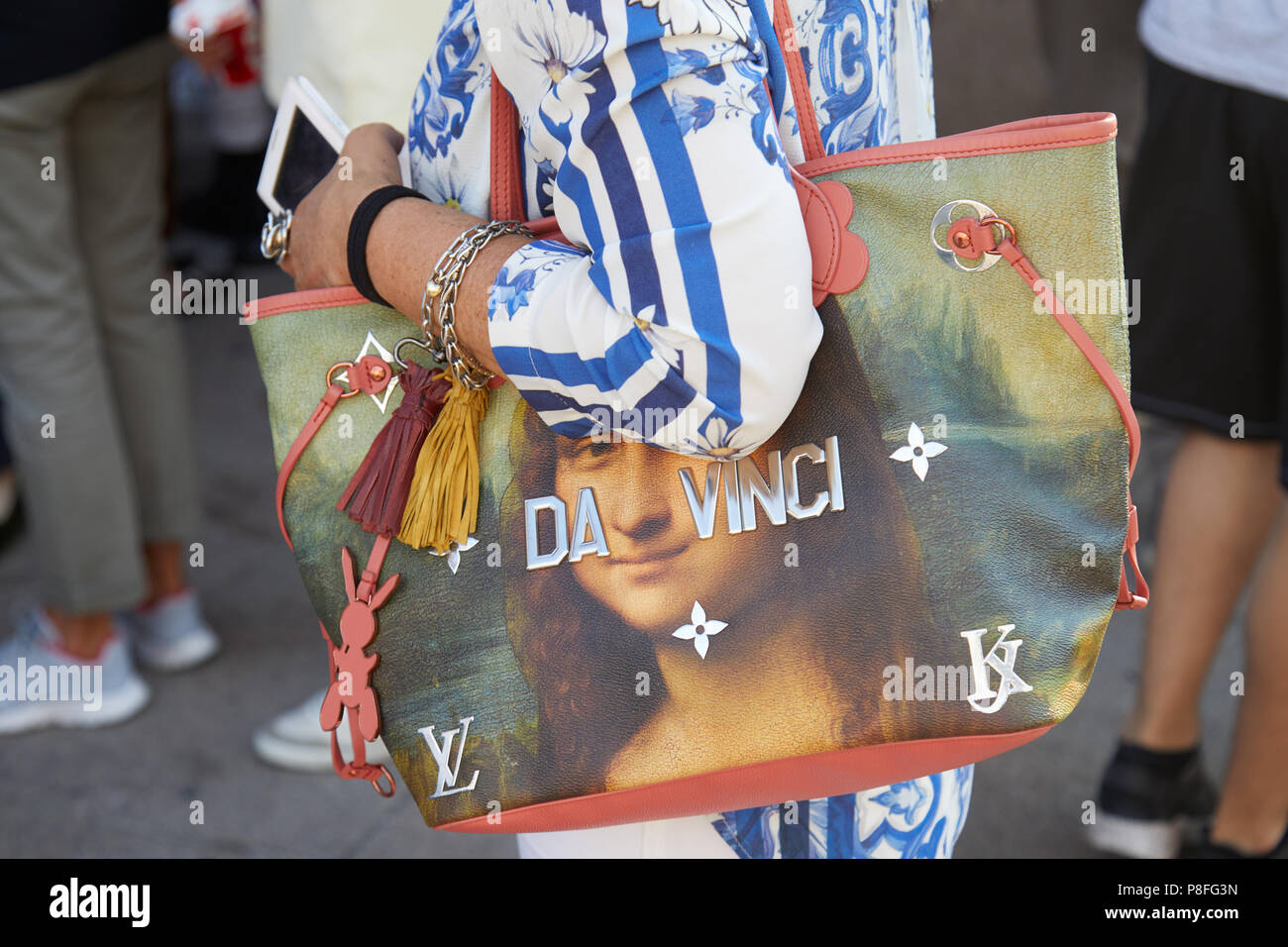 5fb3cdc611a71 Mailand - Juni 15  Frau mit Da Vinci Louis Vuitton Tasche mit Mona Lisa vor