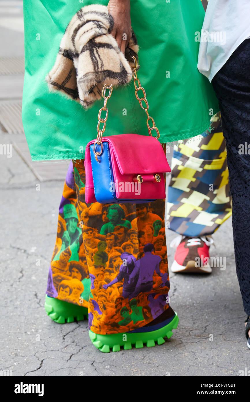 8854a1253383d Mailand - Juni 16  Frau mit rosa und blau Leder Tasche mit greentrench  Mantel vor Marni fashion show