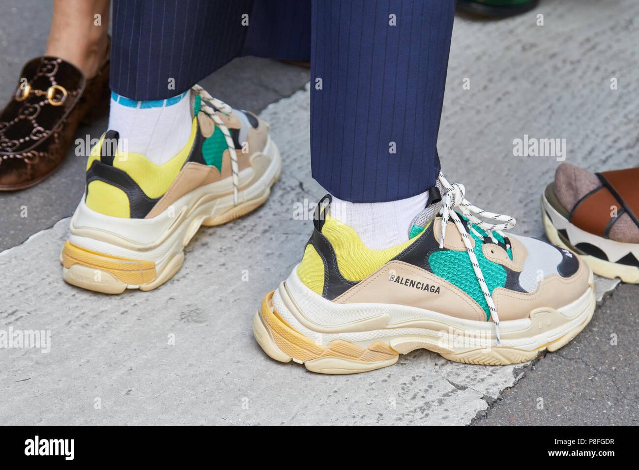 Juni: Mann Mit Balenciaga Schuhe In Beige, Gelb Und Grün Vor Marni Fashion  Show, Mailand Fashion Week Street Style Am 16. Juni, 20.