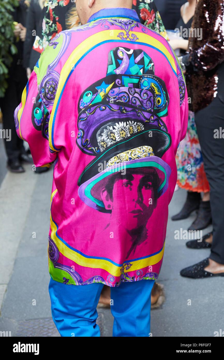 Mailand 16 Juni Mann Mit Rosa Lange Bunte Shirt Mit Portrat Der