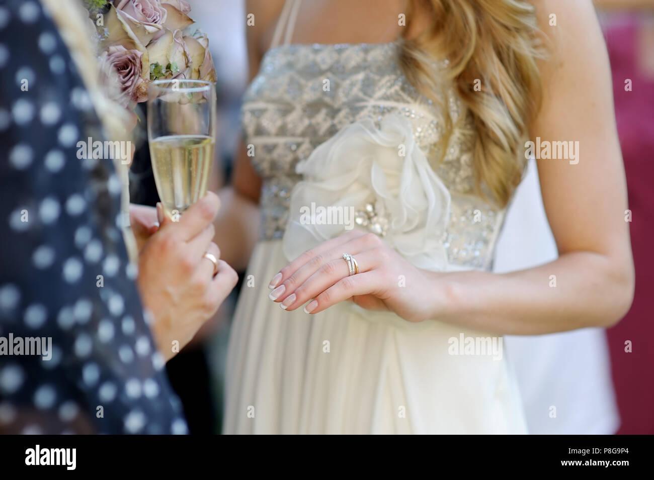 Wunderschöne Goldene Hochzeit Ring Auf Der Braut Finger