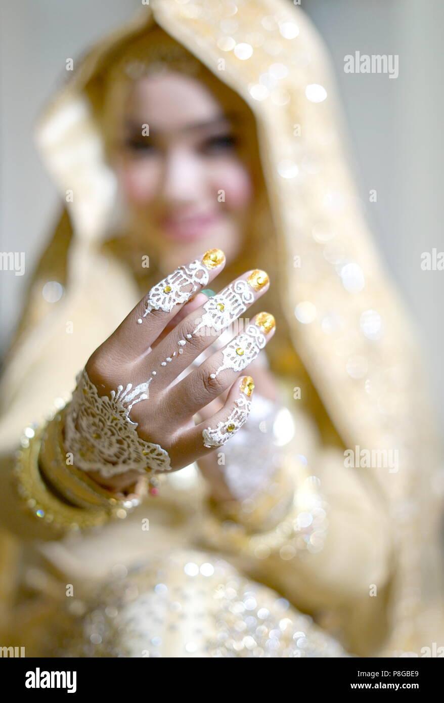 Schöne Braut Hände mit Henna Tattoo, Indonesische Hochzeit Tradition Zeremonie Stockbild