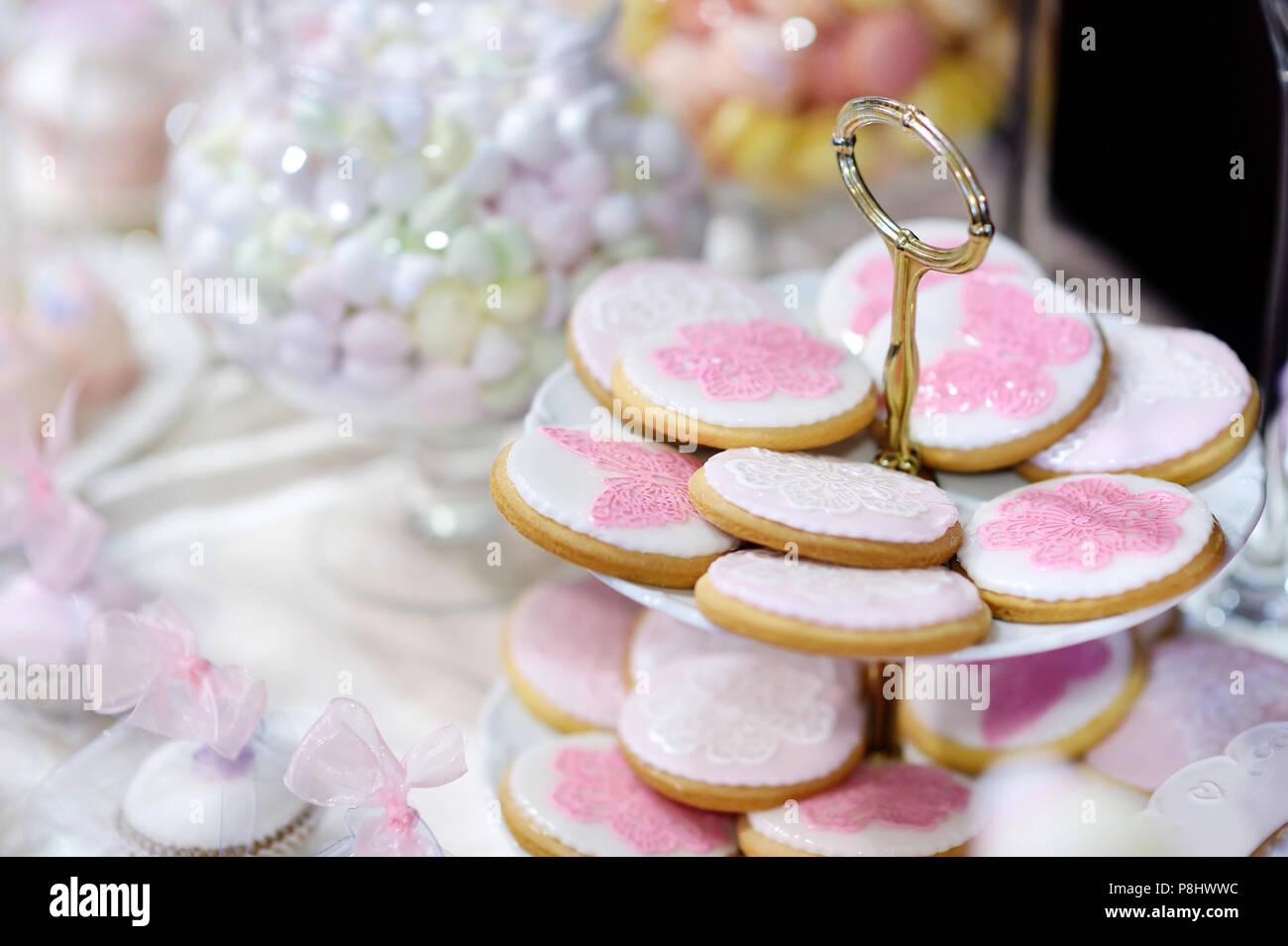 Hochzeit Cookies Mit Rosa Schmetterlingen Und Blumen Dekoriert Stockbild