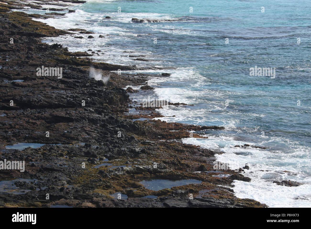 Vulkangestein Shoreline ab dem halona Loch Lookout gesehen. Insel Oahu, Hawaii, USA. Stockbild
