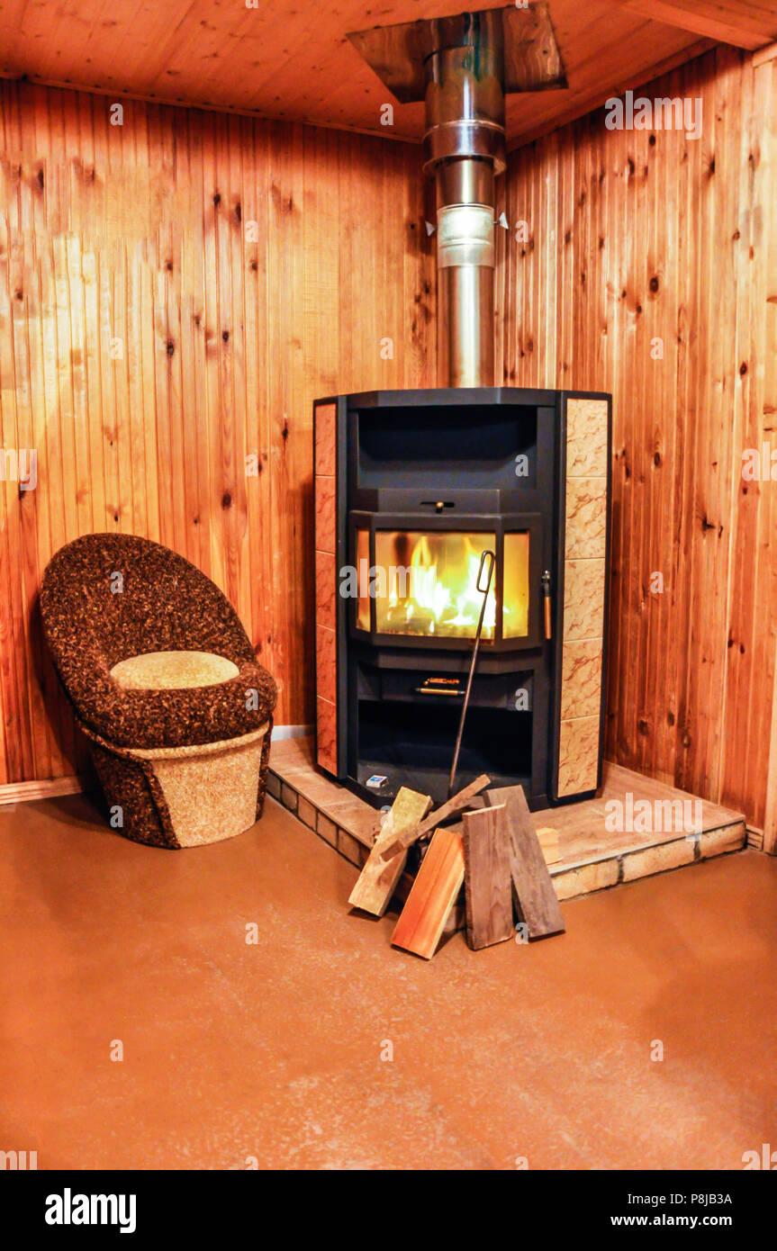 Innenraum Der Holz  Haus Mit Kleinen Kamin Stockbild