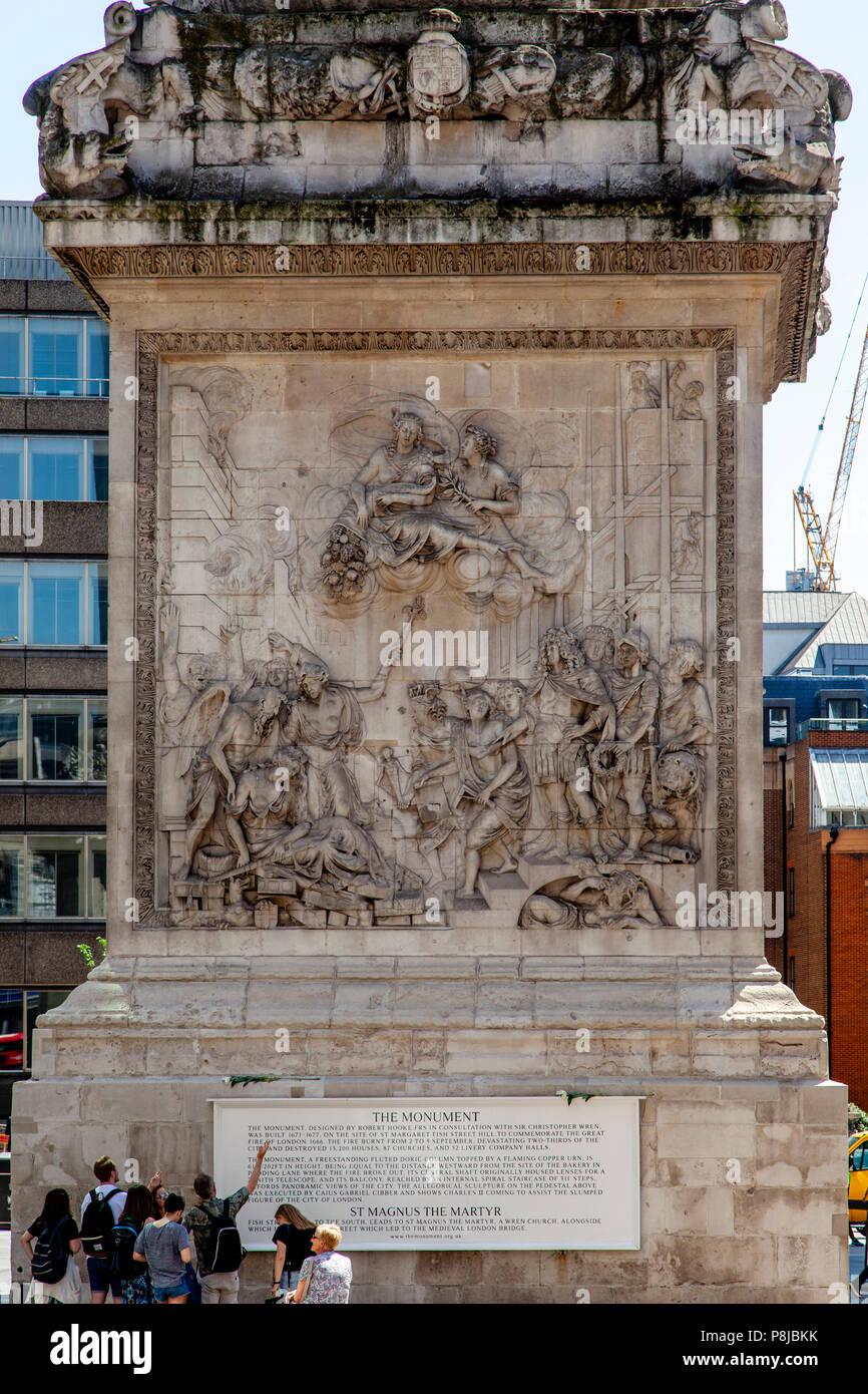 Touristen an der Bas-Reliefs (Skulpturen) am Sockel des Denkmals zu den großen Brand von London, London, England suchen Stockbild