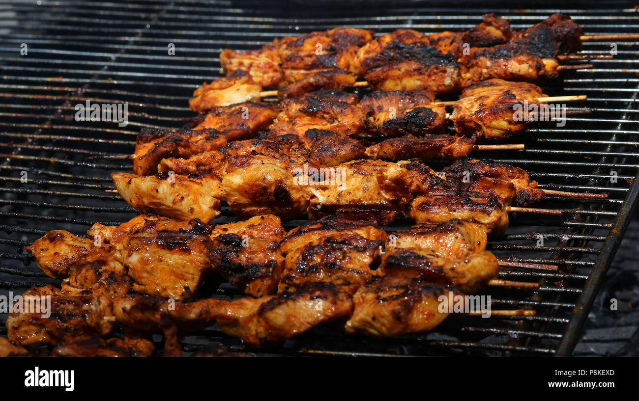 Hähnchenspieße auf grill Stockbild
