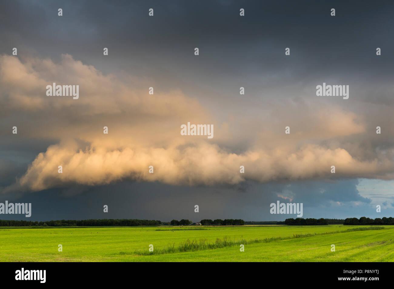 Geringe Sonnenlicht auf bedrohliche Wolken Stockbild