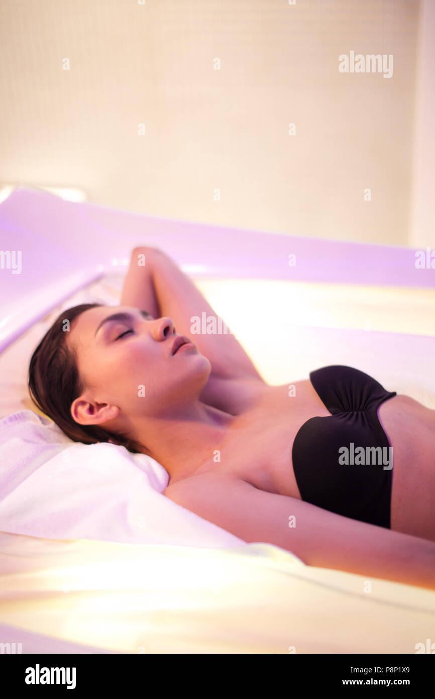 Wellness Behandlung. Youn weiblichen schlafen im Fitnesscenter Stockbild