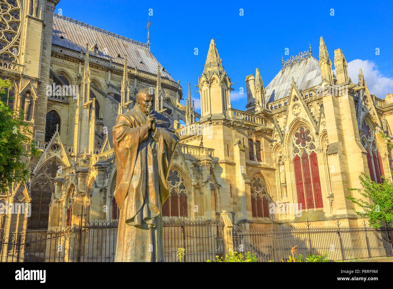Details von Papst Johannes Paul II Statue an der Seite der Kirche Notre Dame von Paris, Frankreich. Gotische Architektur der Kathedrale von Paris, Ile de la Cite. Schönen, sonnigen Tag in den blauen Himmel. Stockfoto