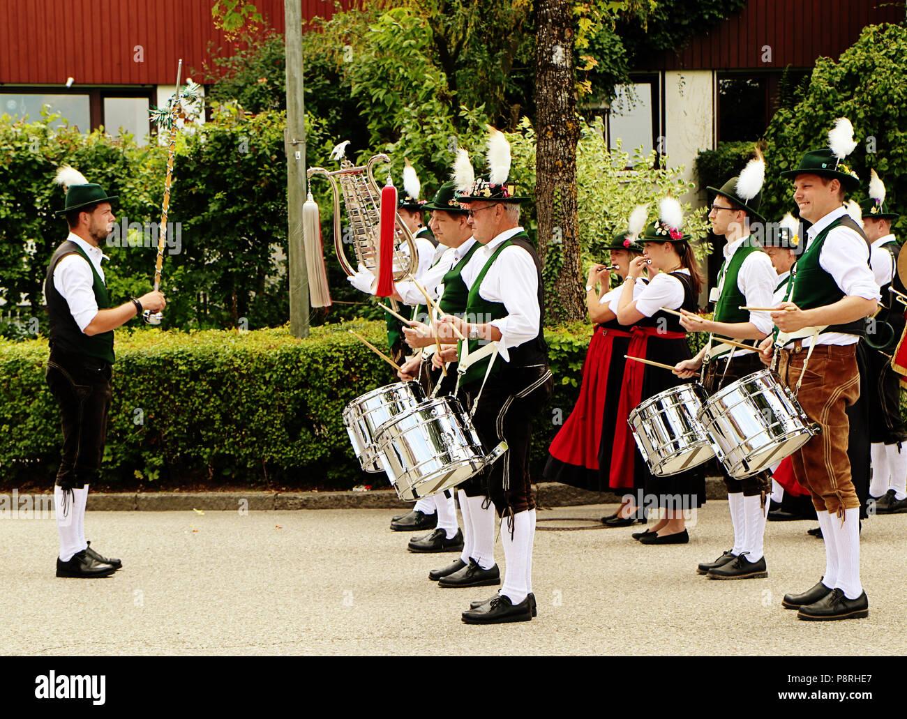 a14d4830f7ac4 Folk Band Musiker in bayerischer Tracht durchführen mit Trommel