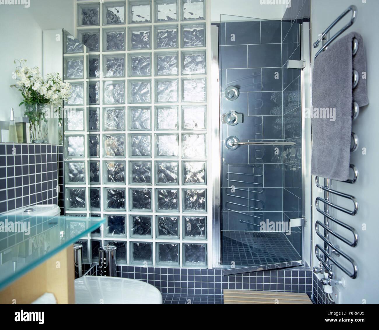 Komplett gefliestes Badezimmer mit grauen Glasbaustein ...