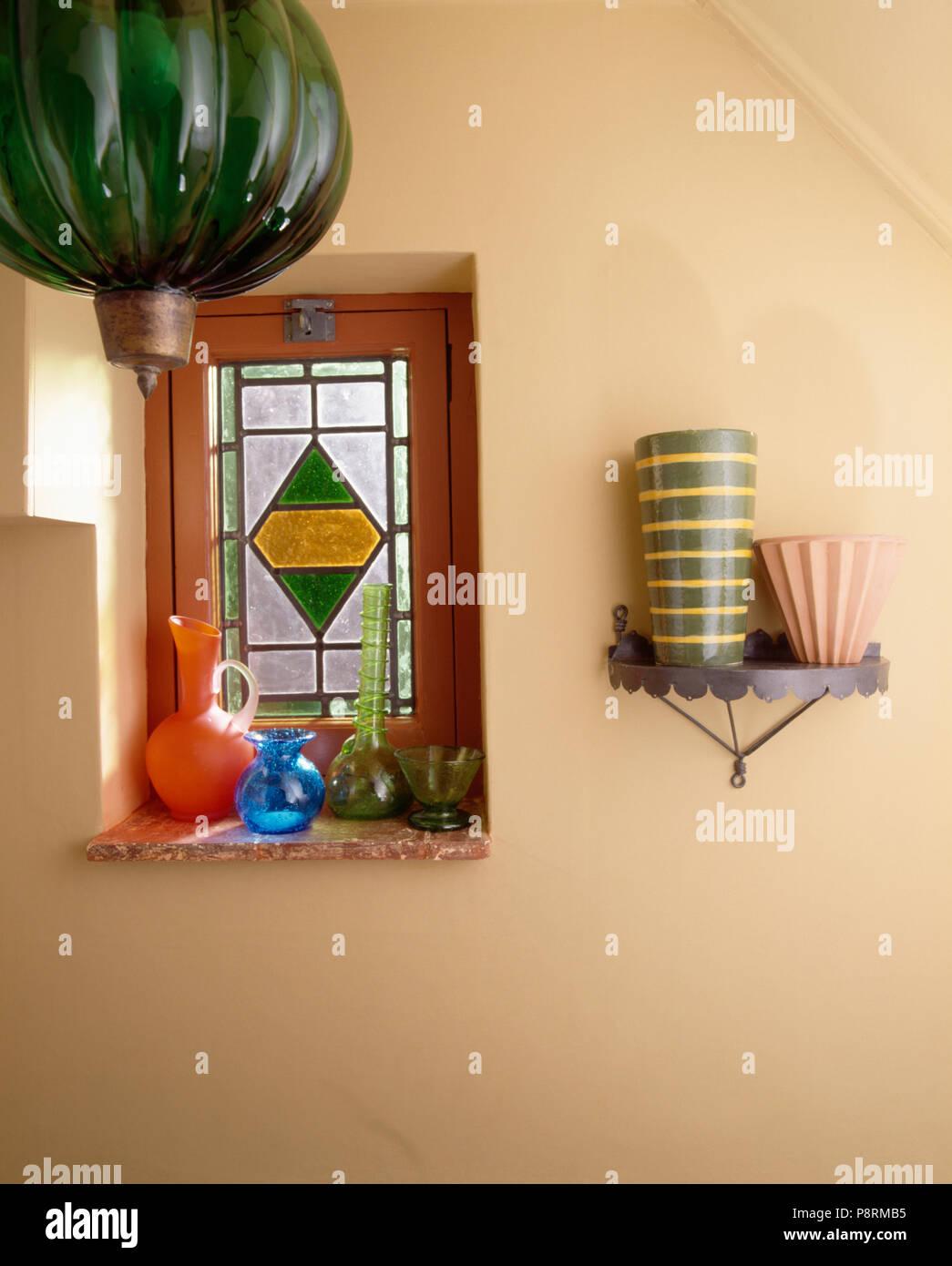 Grünes Glas Laterne Vor Kleinen Glasfenster In Wirtschaft