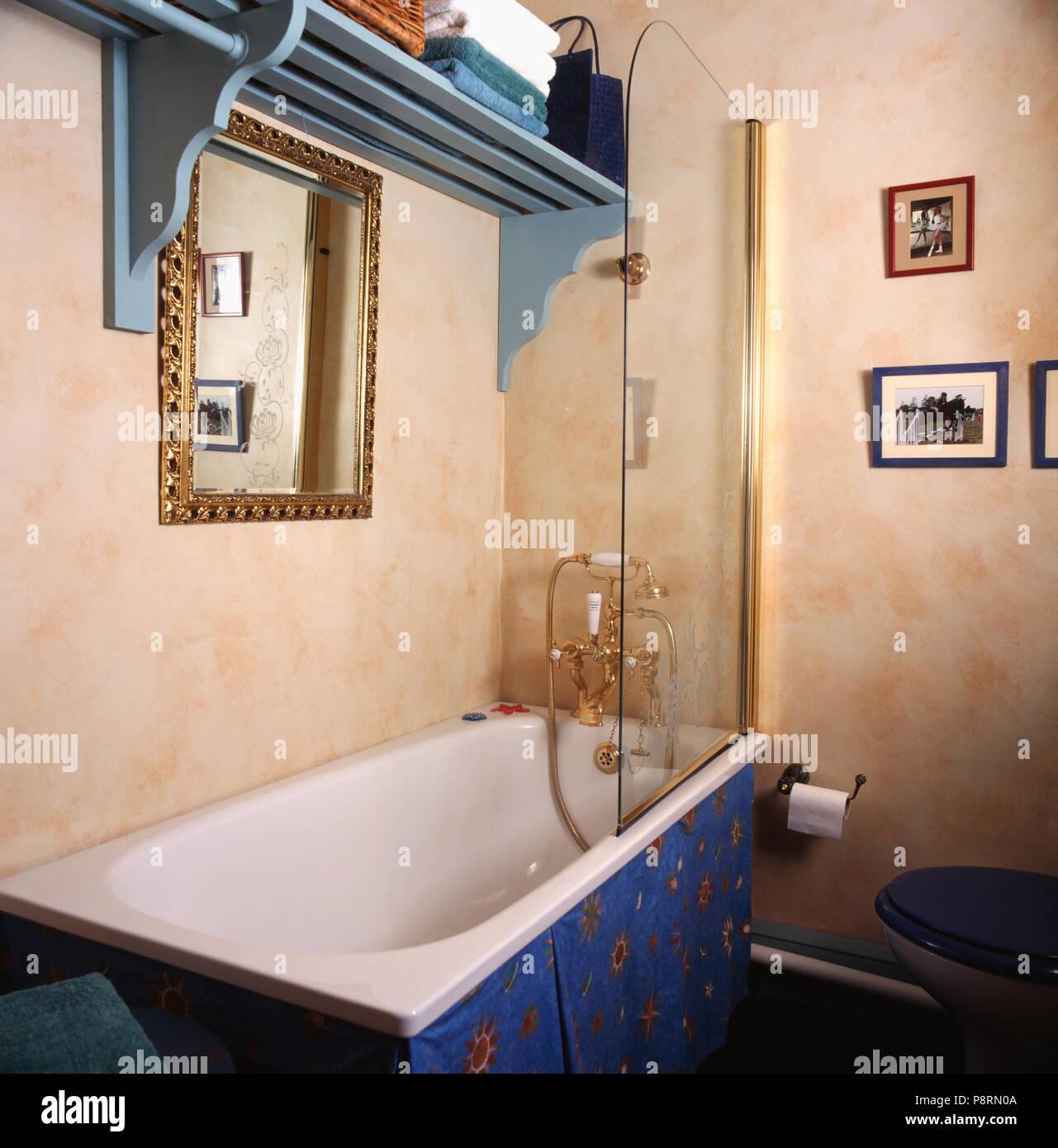 Blau Holz Regal Uber Badewanne Mit Dusche Aus Glas Im Badezimmer Mit Spongeing Effekt Wande Stockfotografie Alamy