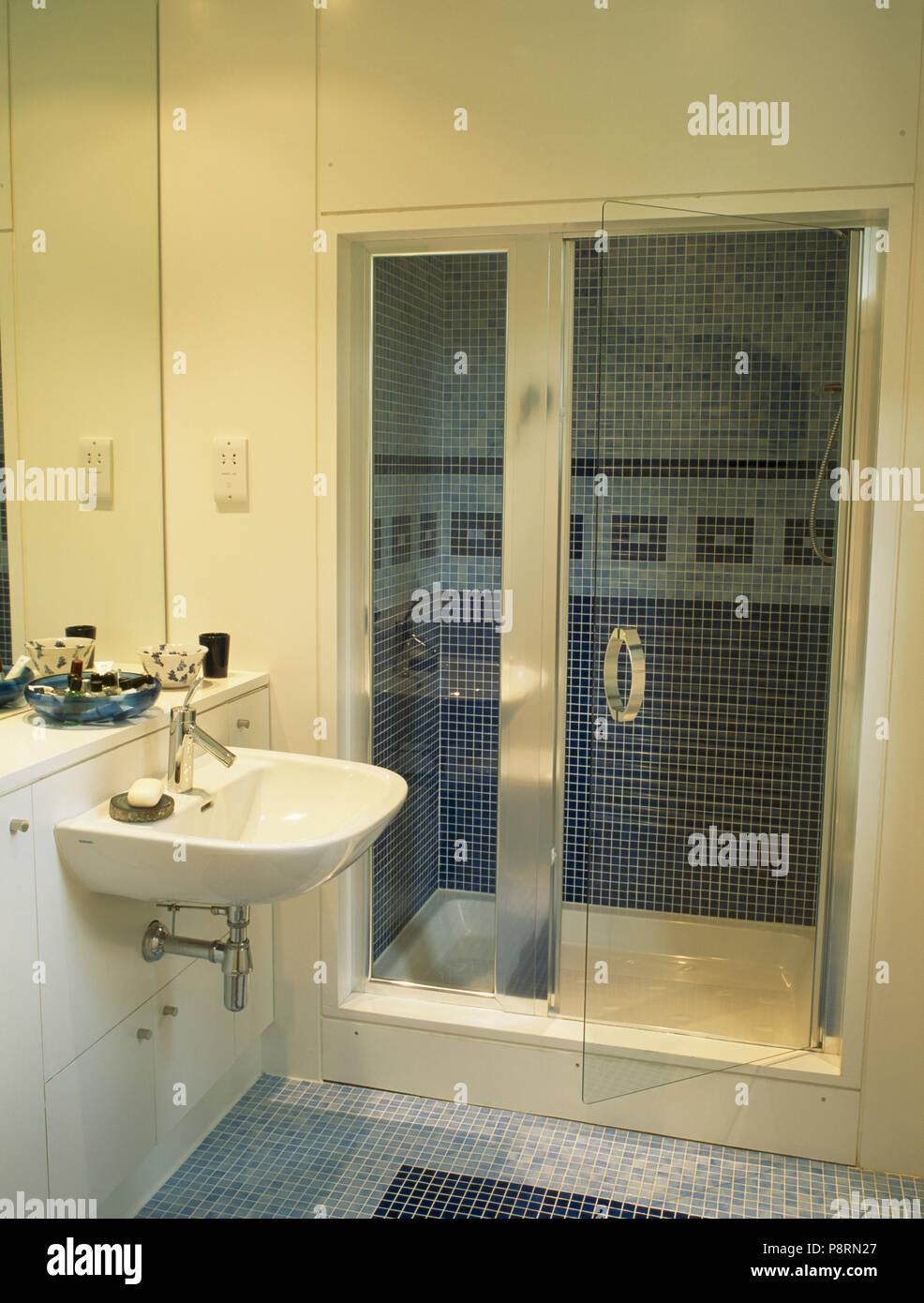 Glastür, Duschkabine in moderne, weiße Badezimmer Stockfotografie ...
