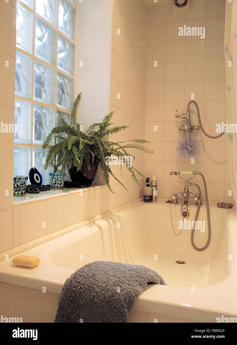 Badewanne mit Chrom Dusche in kleinen weiß gefliestes Badezimmer ...