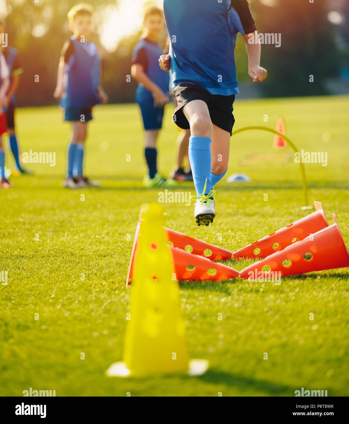 Kind Junge Athleten Training Mit Fussball Ausrustung Das