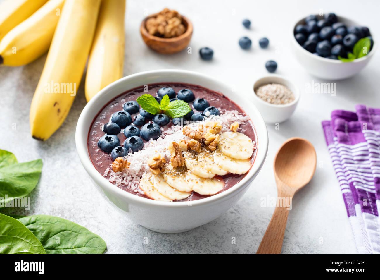 Acai smoothie Schüssel gefüllt mit Banane, Chia Samen, Blaubeeren, Walnüsse und Kokosnuss. Konzept der gesunden Ernährung, gesund leben, Diät, Entschlackung und v Stockbild